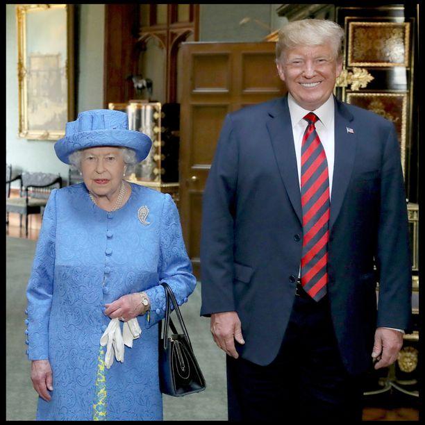 Kuningatar Elisabet piti Trumpin tavatessaan rintakorua, joka nähtiin hänen äitinsä asussa isänsä hautajaisissa.