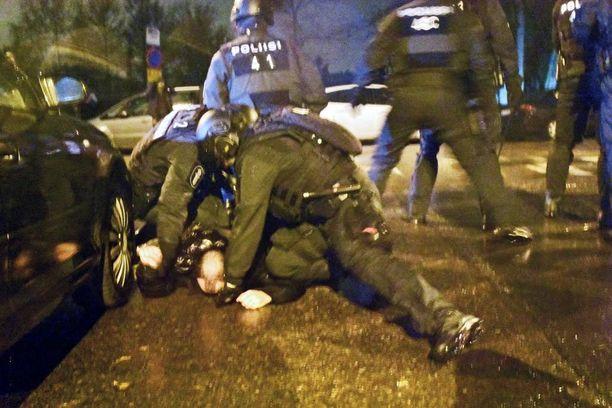 Raskaasti varustautuneet poliisit ottivat itsenäisyyspäivän aikana kiinni 130 henkilöä. Kuva Lemminkäisenkujalta, jonka kautta anarkistit yrittivät murtautua poliisin rivistöjen läpi.