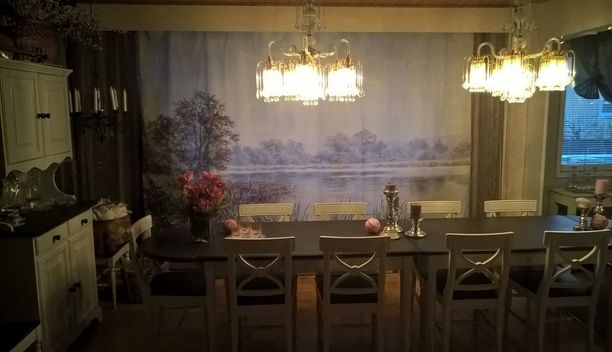 Martin Snapen Järvimaisema-nimisestä teoksesta tehty verhotaulu on määrämitaltaan 3 x 2 metriä. Kuva yksityiskodista Naantalista.