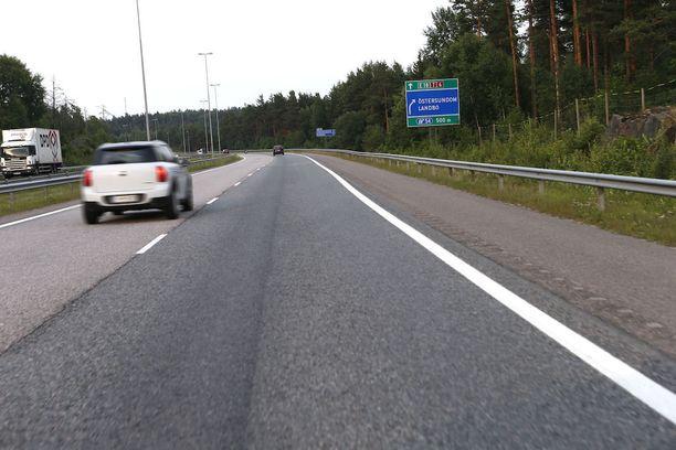 Liikennettä ohjannut poliisi joutui hyppäämään Porvoon moottoritiellä reunakaiteen yli, jotta hän sai väistettyä kovaa ajaneen auton. Kuvituskuva.