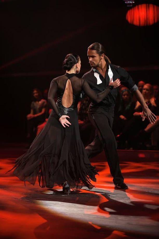 Pete ja Katri tanssivat tangon.