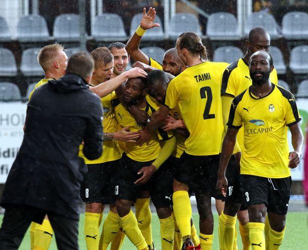 KuPS pääsi juhlimaan kotivoittoa valkovenäläistä FC Vitebskiä vastaan. Ennen sitä keltamustat juhlivat ottelun aikana Luis Murillon osumaa.