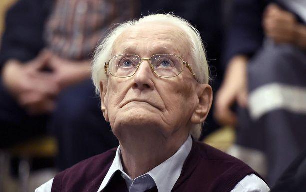 Oskar Gröning joutuu istumaan tuomionsa.