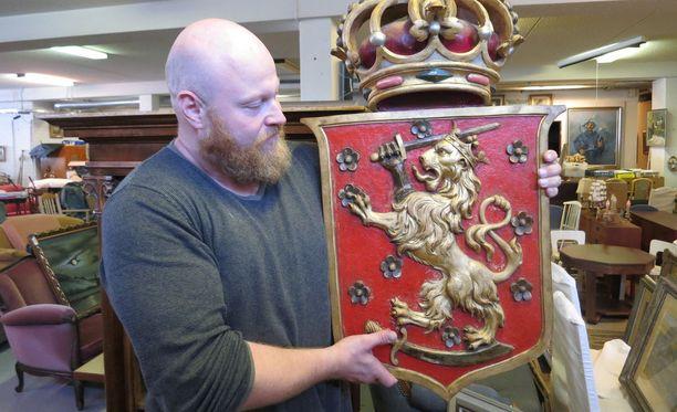 Huutokauppias Sami Taustila sai vihdoin myyntiin panimosuku Salmelinille kuuluvan vaakunan, joka tehtiin, kun Suomelle haluttiin kuningas sata vuotta sitten.