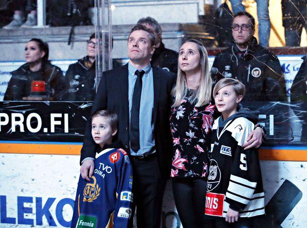 Ville Vahalahti katseli entisten pelikaveriensa videohaastatteluja vaimonsa Janinan ja poikiensa  Aapon ja Eetun kanssa.