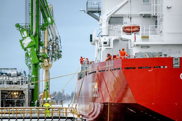 Gasum on suurten rakenteellisten muutosten kourissa. Yhtiöllä on uusi omistaja, uusi johto ja uusi strategia. Kuvassa nesteytettyä maakaasua kuljettava alus purkaa ensimmäistä lastiaan Tornion LNG-terminaaliin sunnuntaina.