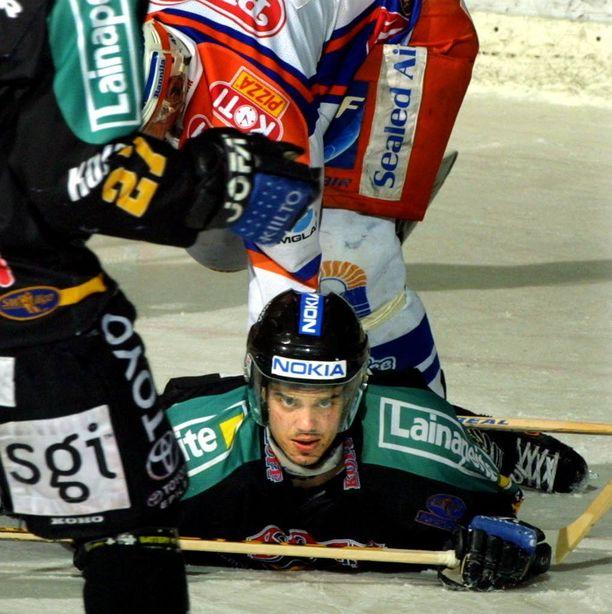 Entinen SM-liigapelaaja Jani Nikko pyörittää suomalaisten kiekkotähtien sijoituskarusellia. Nikko lopetti loukkaantumisten sävyttämän uransa kaudella 2001 - 2002. Kuva vuodelta 2001.