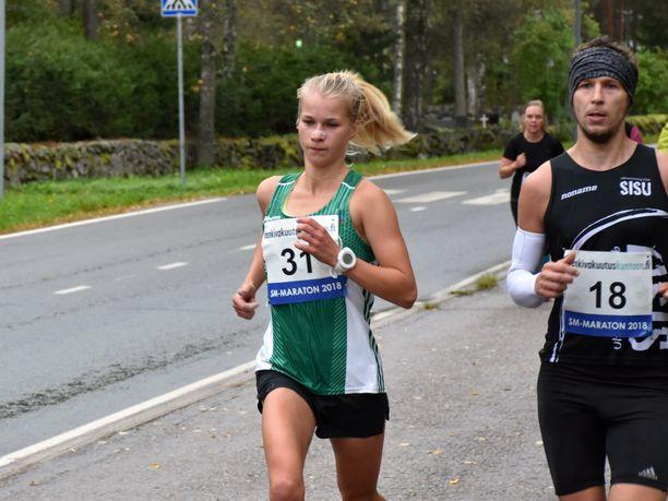 Alisa Vaino (vas.) juoksi SM-maratonilla Tomi Ronkaisen kanssa.