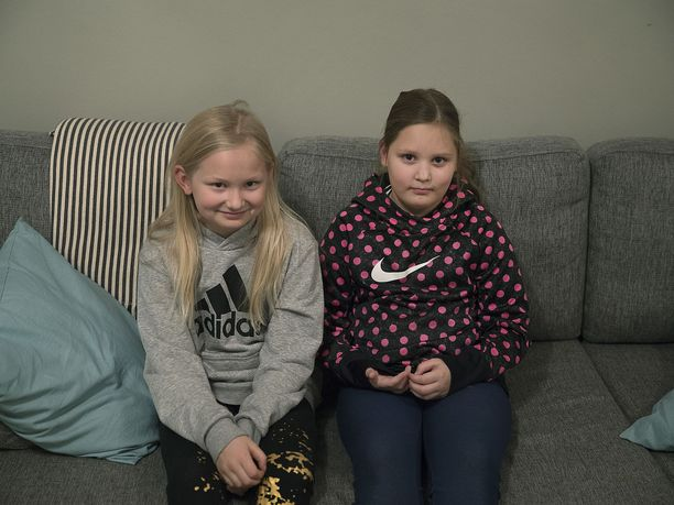 Emilia ja Hilma auttoivat bussiin nukahtanutta pikkupoikaa ja saavat teostaan lapsiasiainvaltuutetun palkinnon.
