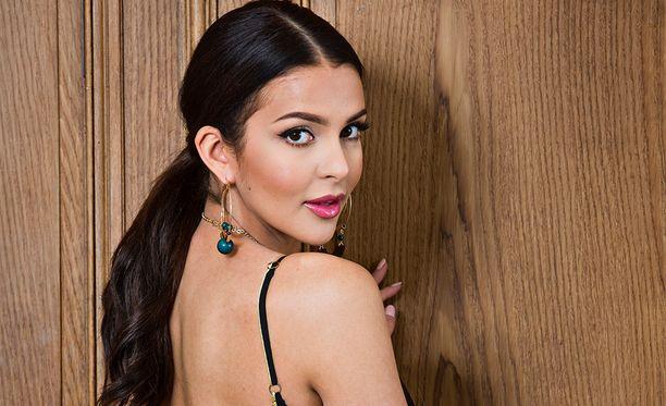 Sara Chafak päätyi poseeramaan Beverly Hillsiin punaiselle matolle.