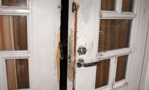 Vanhus heräsi juhannuspäivän iltana koviin ääniin, joiden aiheuttajaksi paljastui hänen kotiinsa lukitusta ovesta yrittänyt kaksikko (arkistokuva, ei liity tapauksiin).
