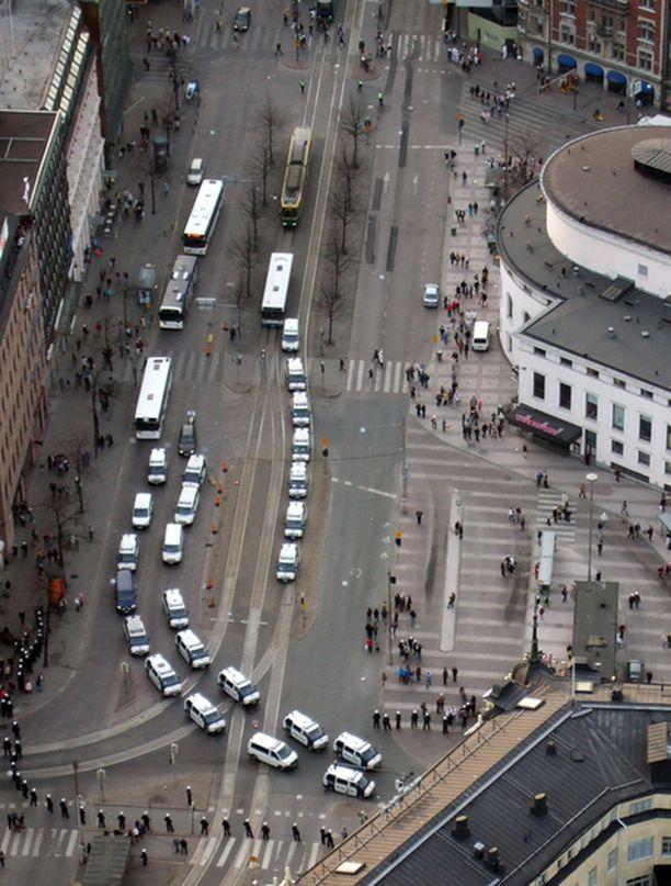 Poliisi sulki Helsingin Mannerheimintien kymmeniksi minuuteiksi protestimarssin takia.
