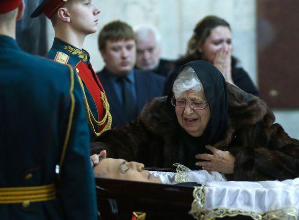 Andrei Karlovin äiti poikansa arkun äärellä joulukuussa. Karlov ammuttiin Turkissa.