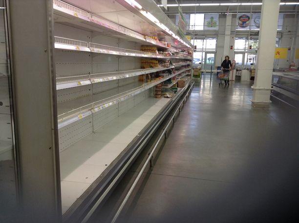 Moskovskaja-kadun lähellä sijaitsevassa marketissa hyllyt ammottivat tyhjyyttään.