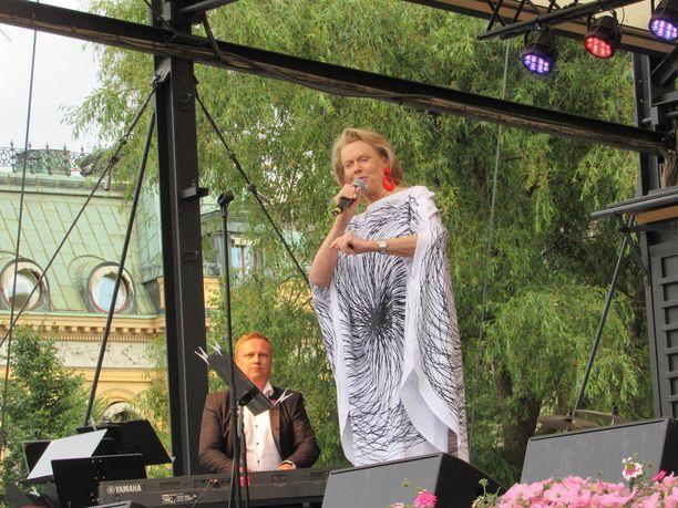 Arja tulkitsee suomalaisia tangoja.