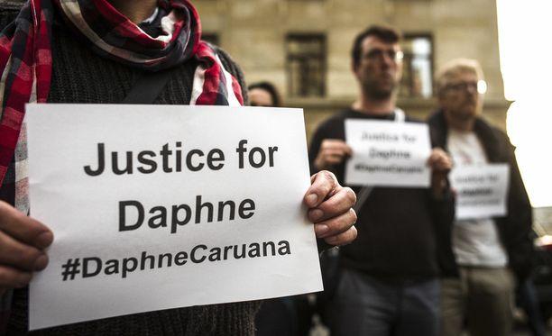 Kansainväliset toimittajat järjestivät hiljaisen hetken murhatun kollegan muistoksi Brysselissä lokakuussa.