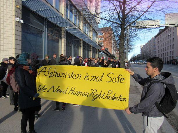 Maahanmuuttoviraston organisoimat turvapaikanhakijoiden palautukset aiheuttivat runsaasti mielenosoituksia. Kuva Tampereen keskustasta viime vuoden huhtikuulta.