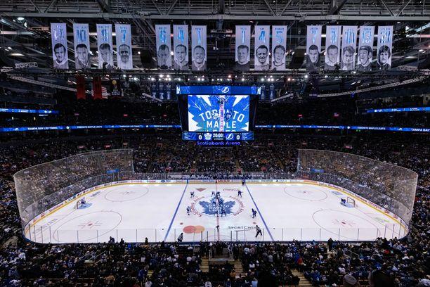 NHL harkitsee pelien jatkamista Torontossa ja Edmontonissa.