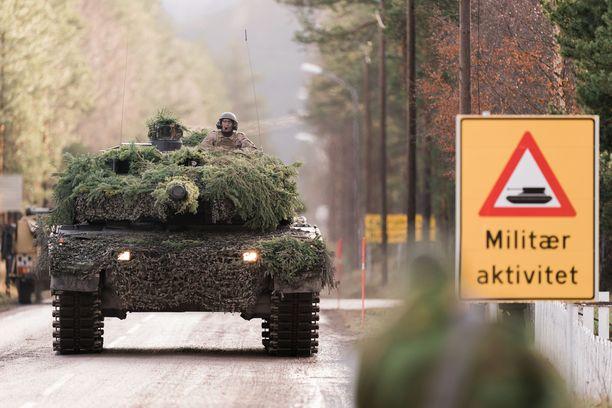 Norjalainen Leopard-taistelupanssarivaunu tien päällä Naton Trident Juncture -sotaharjoituksessa lokakuussa. Harjoitus oli Naton suurin 16 vuoteen. Siihen osallistui 50 000 sotilasta 31 maasta, myös Suomesta.
