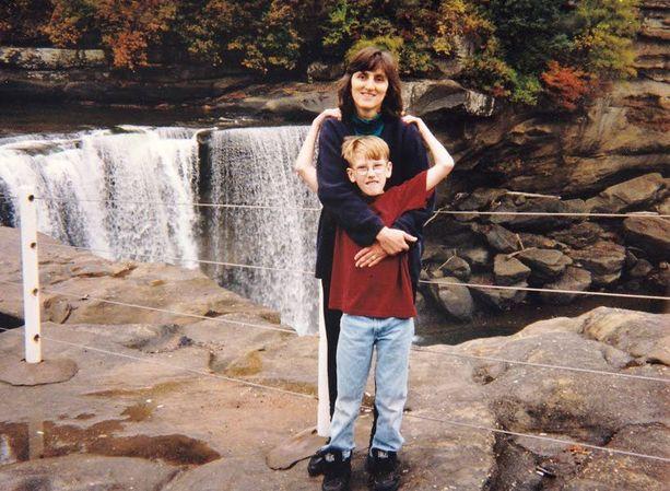 12-vuotias Peter Kassig äitinsä Paula Kassigin kanssa luonnonpuistossa Kentuckyssa.