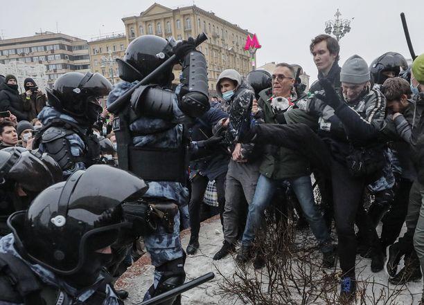 Kuva Moskovasta, jossa poliisi on ottanut yhteen mielenosoittajien kanssa.