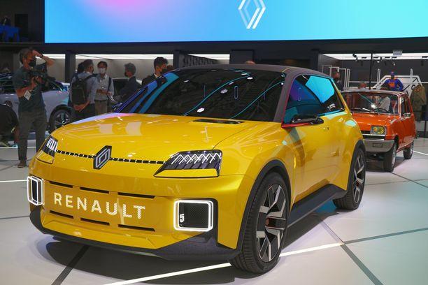 Uusi Renault 5 on alle neljä metriä pitkä pikkuauto, jonka muodoissa on runsaasti retroa. Takana alkuperäinen Renault 5 vuodelta 1972.