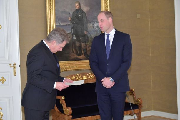 Prinssi William ja presidentti Sauli Niinistö tapasivat keskiviikkona Presidentinlinnassa. Prinssi toi Niinistölle kirjeen isoäidiltään, kuningatar Elisabetilta.