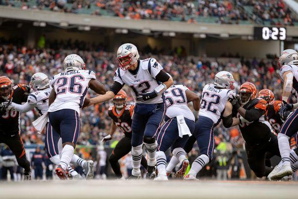 New England Patriots kävi hakemassa voiton Cincinnati Bengalsin vieraana. Seura on kuitenkin tutkinnan alla, sillä sitä epäillään Bengalsin vakoilemisesta.