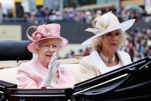 Kuningatar elisabet ja herttuatar Camilla edustivat vaaleissa pastellisävyissä.