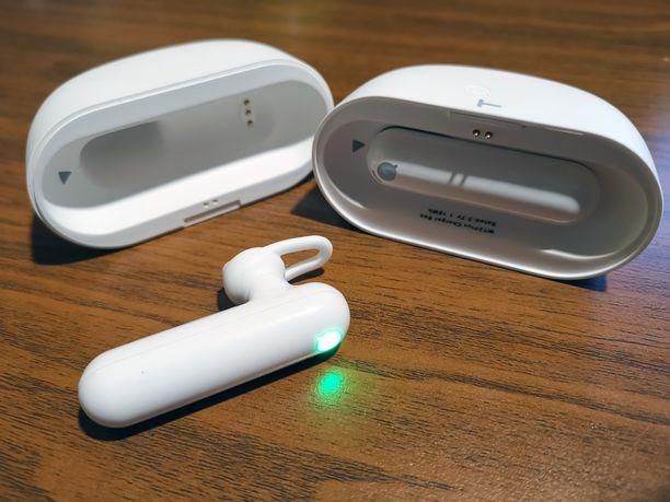 Kuulokkeet säilyvät magneeteilla sulkeutuvassa latauskotelossa.