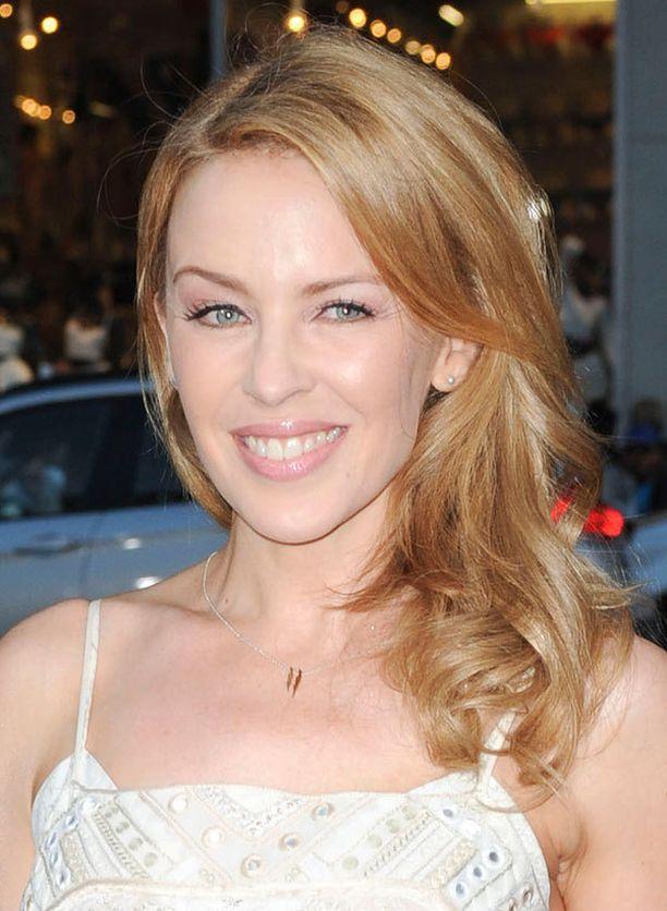 Kylie Minogue on niitä onnekkaita soikeakasvoisia, joille sopii mikä hiusmalli tahansa.