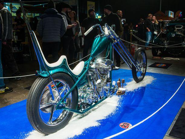 Flaky Leech, joka ovat rakentaneet Flying Choppersin Andy Niemi ja Veikko Sikiö. OmistajaMike Hecker toi sen Saksasta Suomeen näyttelyä varten. Chopperi valittiin myös äskettäinruotsalaisen MCM-lehden vuoden pyöräksi.