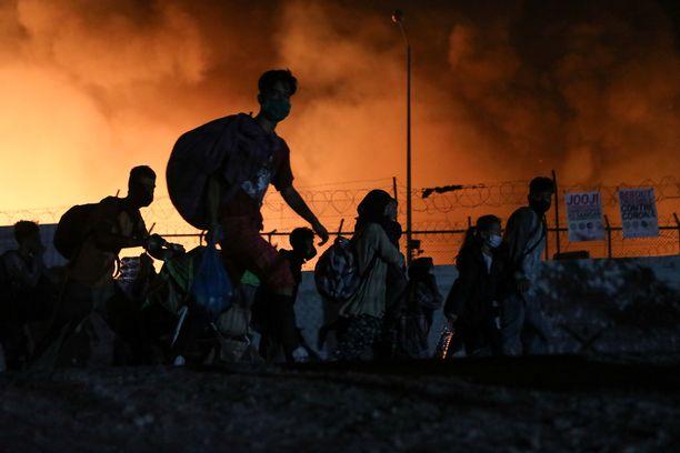 Pakolaiset pakenivat palavalta Morian leiriltä keskiviikon vastaisena yönä.