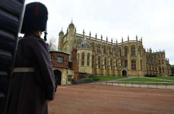 Vihkipaikkana toimii Windsorin linnan Pyhän Yrjön kappeli.
