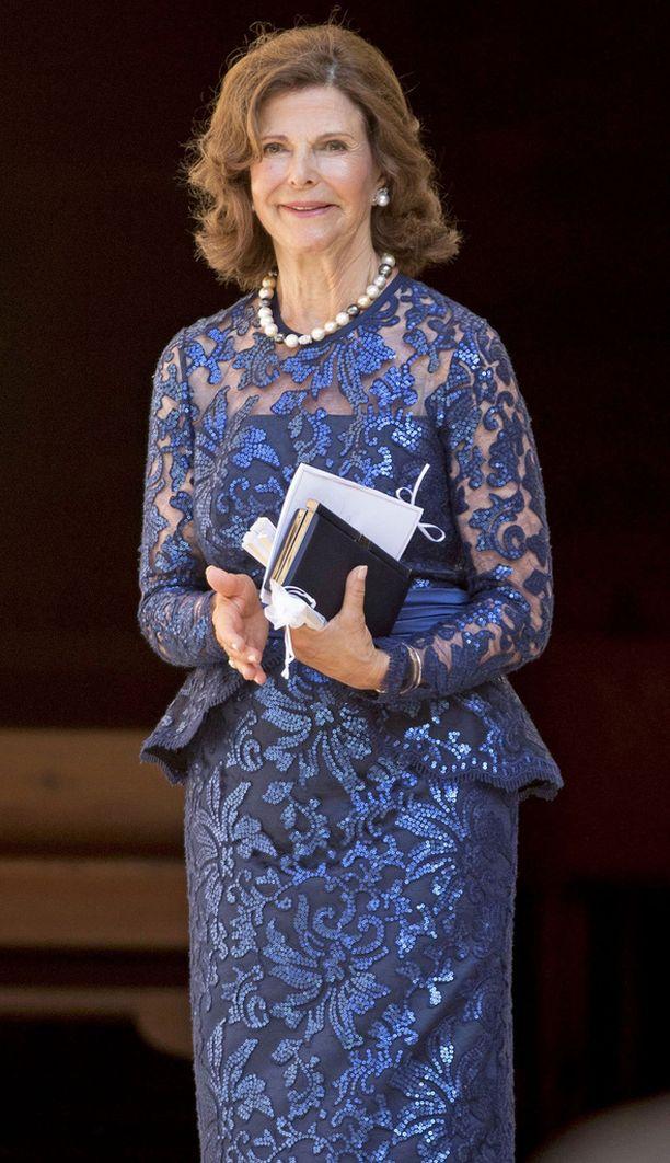 Kimaltava mekko puki kuningatar Silviaa.