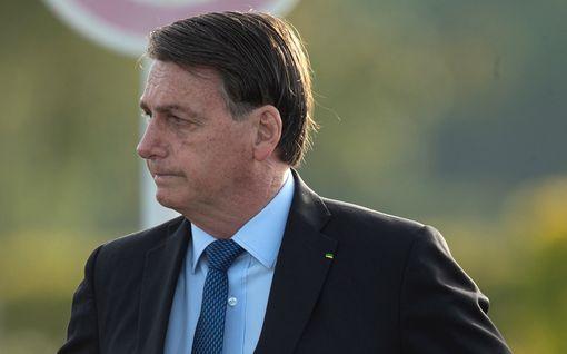 Koronatartunnan saanut Jair Bolsonaro esiintyy videolla uhmakkaana – riuhtaisi kasvomaskinsa pois toimittajien edessä