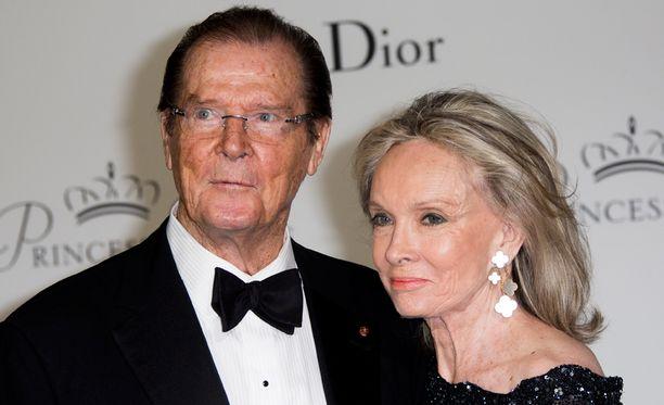 Sir Roger Moore ja Kristina Tholstrup menivät naimisiin vuonna 2002. Moorella oli tuolloin takanaan jo kolme liittoa.
