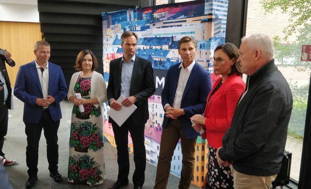 Kokoomusjohtoa on vieraillut kuluvalla viikolla muun muassa Joensuussa ja Kuopiossa. Vasemmalta lukien Petteri Orpo, Sanni Grahn-Laasonen, Kai Mykkänen, Antti Häkkänen, Anne-Mari Virolainen ja Kalle Jokinen.