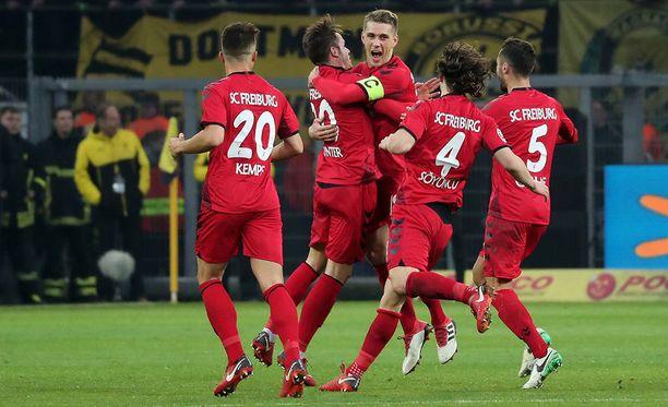 Nils Petersen (C) juhlii upeaa maaliaan Dortmundin verkkoon.