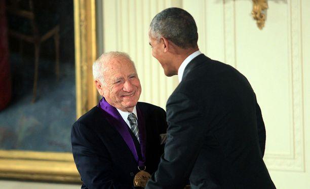 Mel Brooks vastaanotti kultaisen mitalinsa presidentti Barack Obamalta.