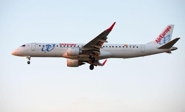 Matkustajia pyörtyi hajun takia Air Europan lennolla Barcelonasta Tel Aviviin, kertovat koneessa olleet.