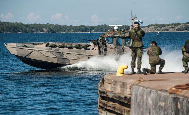 Suomen nykyinen Nato-linja jatkuu eli Suomi pitää Nato-oven raollaan.