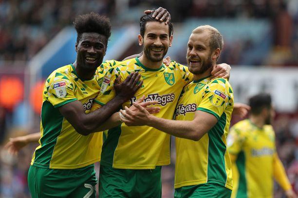 Norwichin kausi oli yhtä juhlaa. Tässä hymyilevät Alexander Tettey (vas.), Mario Vrancic ja Teemu Pukki.