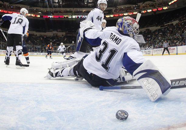 Karri Rämön ilta ei mennyt nappiin. Tässä lipuu maaliin Islanders-pelaaja Mark Streitin laukoma veto.