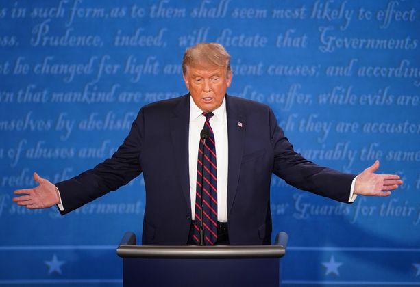 Presidentti Trump antoi tv-väittelyssä Proud Boys -järjestöstä koukeroisen kommentin.