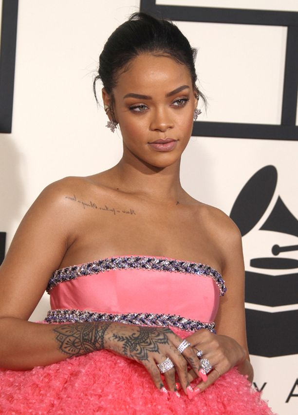 Rihannan mattanudenvärinen silmämeikki ja huulet antoivat tyylikkäästi tilaa huomiotaherättävälle mekolle.