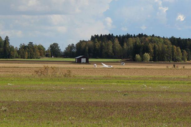 Purjekone joutui laskeutumaan Sieppalantien varteen pellolle Loimaalla.