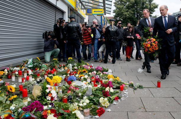 Hampurin pormestari Olaf Scholz ja sisäministeri Andy Grote veivät kukkia rikospaikalle lauantaina.