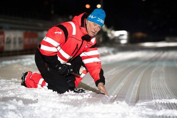 Liikuntapaikkamestari Juha Savolainen on työskennellyt Vantaalla jo 1980-luvun puolivälistä alkaen. Latujen ylläpito on kunnia-asia.