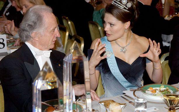 Victoria keskusteli innokkaasti Grenbergin kanssa fysiikan Nobelin jakaneen ranskalaisen Albert Fertin kanssa.